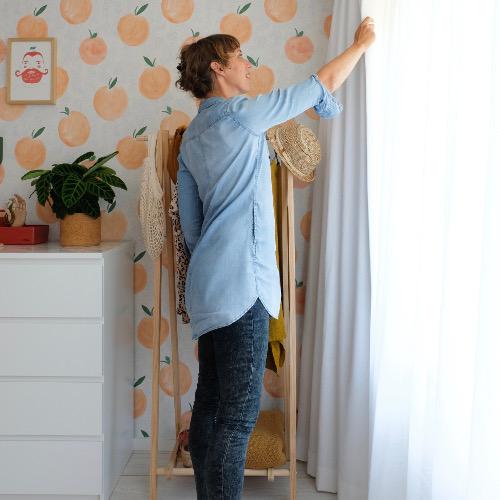 Een slaapkamer met fris witte gordijnen