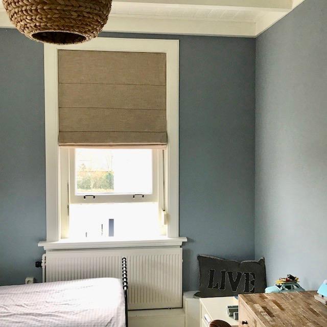 de gordijnen voor de openslaande deuren op de ouderslaapkamer hangen op een zwarte roede met inslagringen